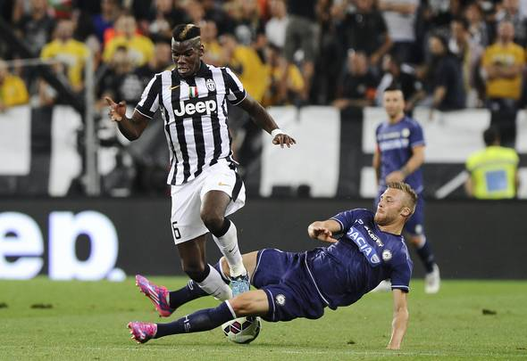 Juventus' Paul Pogba (L) fights for the ball with Udinese's Silvan Widmer during their Italian Serie A soccer match at Juventus Stadium in Turin September 13, 2014. REUTERS/Giorgio Perottino (ITALY - Tags: SPORT SOCCER)  Picture Supplied by Action Images
