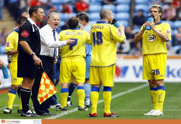 Football - Coventry City v Leeds United Coca-Cola Football League Championship - Ricoh Arena - 16/9/06 Leeds manager Kevin Blackwell intructs his players as they take a drink during their 1-0 defeat Mandatory Credit: Action Images / Andrew Couldridge Livepic