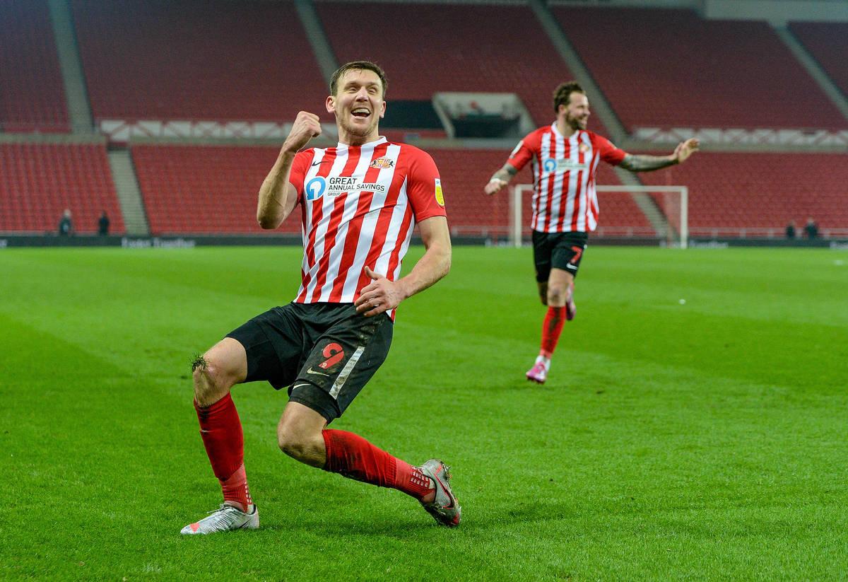 Charles Wyke merayakan gol